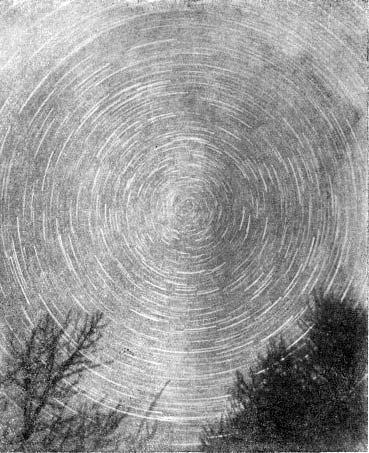 Следы звезд близ Северного полюса. Фотографический снимок, показывающий видимое суточное движение звезд (вокруг точки, находящейся около Полярной звезды). Снимок сделан неподвижно установленным фотоаппаратом. Толщина белых штрихов соответствует величине (т. е. видимой яркости) звезд.