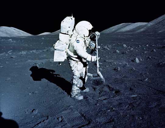 Г.ШМИТТ собирает образцы лунного грунта во время экспедиции «Аполлона-17».