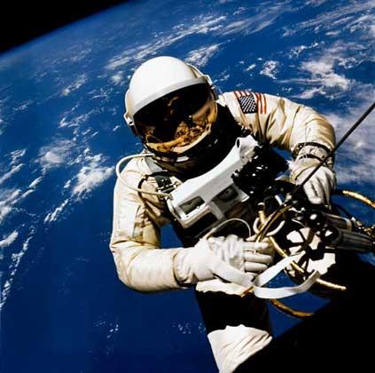 АМЕРИКАНСКИЙ КОСМОНАВТ Э.УАЙТ в открытом космосе (полет «Джемини-4»).