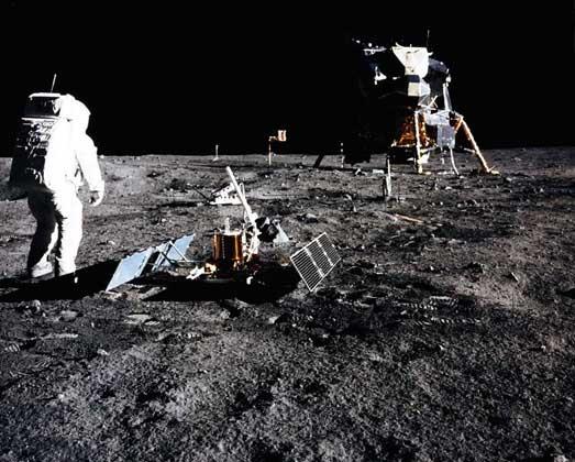 Э.ОЛДРИН НА ЛУНЕ вблизи посадочно-взлетного блока «Игл» (экспедиция «Аполлон-11»).
