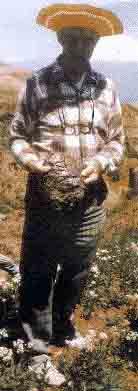 Доктор Нафан Мейер держит кусок балластного материала, найденный им в июне 1988 года на месторасположении ковчега
